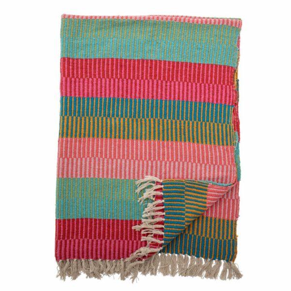Questa coperta è in tessuto con cotone riciclato in un caldo motivo multicolore.