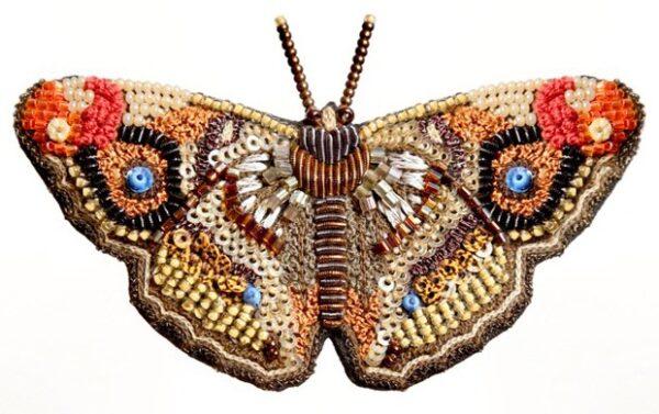 Spilla farfalla Apatura Iris interamente realizzata a mano ricamata in India con estrema abilità artigianale e cura per i dettagli