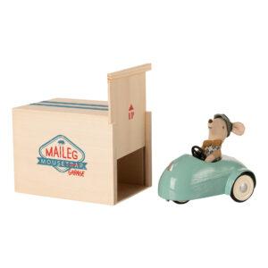 topino con macchina blu e scatola ad uso garage