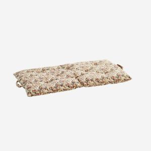 Crea una soluzione di seduta semplice utilizzando uno di questi materassi di cotone dall'India sul tuo pavimento. Ognuno ha maniglie per trasportare e riporre facilmente.
